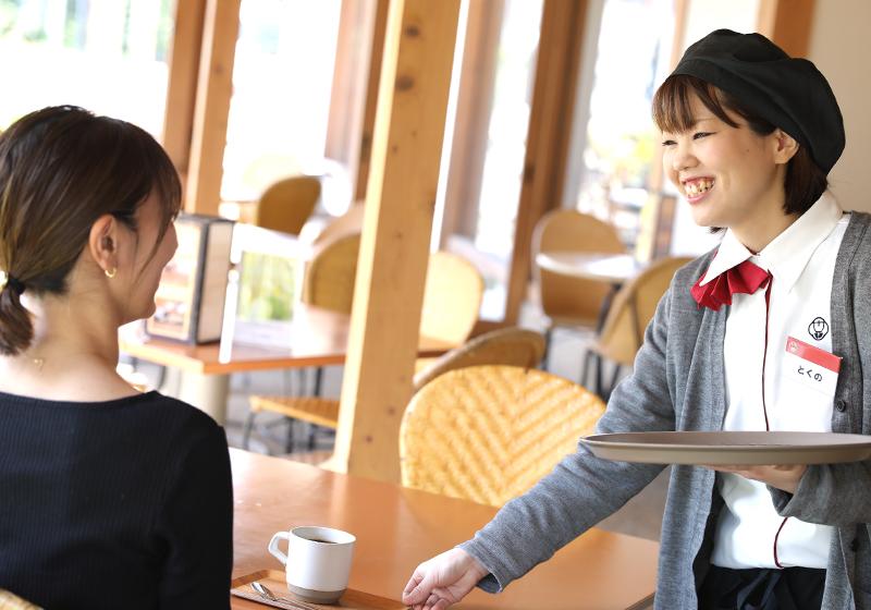お菓子店むか新【和泉の国本館】でのカフェスタッフ(接客・配膳・レジ業務)<br /> ★カフェ経験のある方 大歓迎!優遇します★